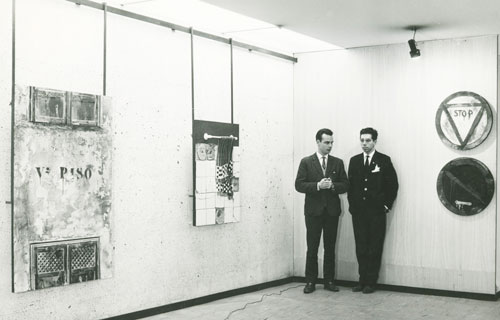 Con-su-hermano-Carlos-en-la-exposicion-del-Ateneo-de-madrid-1966